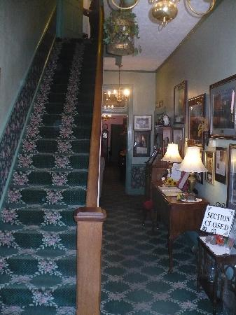 Hotel Strasburg: the entry way, stairs only!