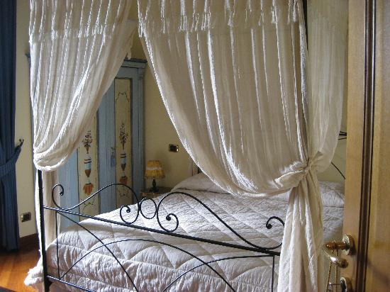 B&B Ripa Medici Rooms with a View: A most cozy and romantic bed