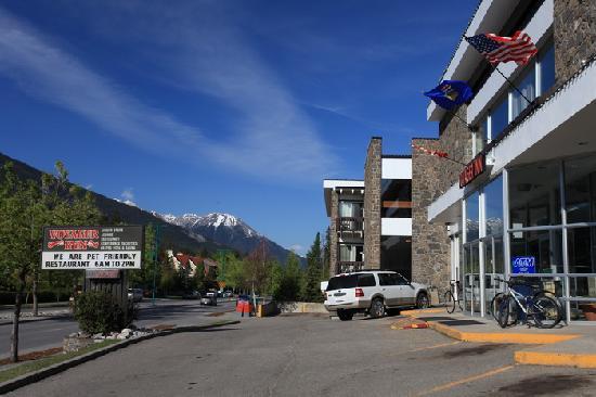 Banff Voyager Inn: Exterior