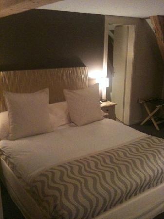 Hostellerie Le Petit Manoir: The bed