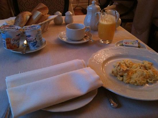 Hostellerie Le Petit Manoir: Breakfast