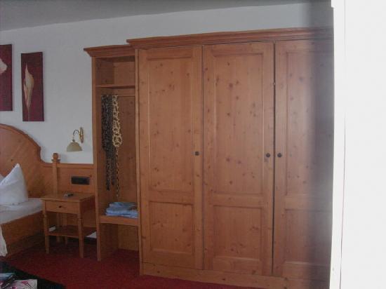 Landhotel Hirsch: Teilansicht des Zimmers/Schrankbereich