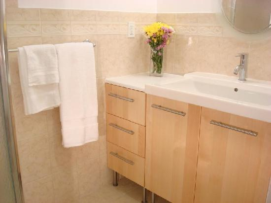 Bowers House Bed and Breakfast: Bathroom with marble floor