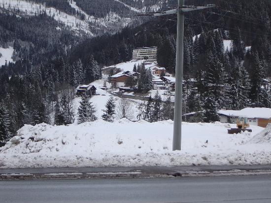 Bellevue Hotel: Lage des Hotels (da hinten in der Kurve)
