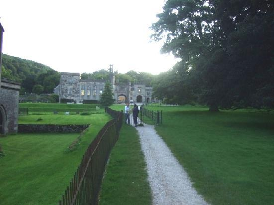 Ilam, UK: In the evening, the hostel in its setting