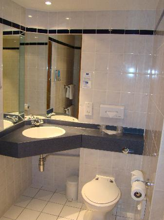 Holiday Inn Express Dartford Bridge Bathroom Picture Of Holiday Inn Express London