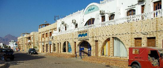 Blue Beach Club: Hotel main entrance El Melal Street
