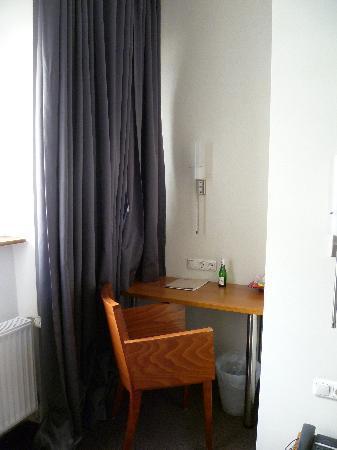 Hotel Duesseldorf Mitte: Escritorio