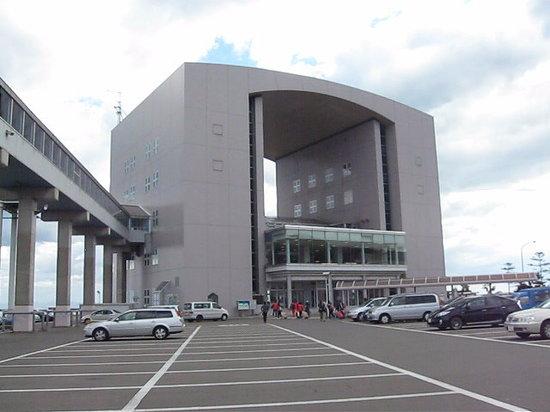 Shin Nihonkai Ferry from/to Otaru Port: 路線バスも運行されているフェリーターミナル