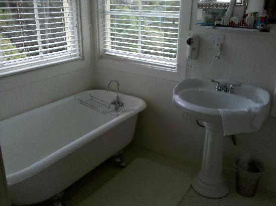 The Harbor House Inn: Tub (shower not shown)