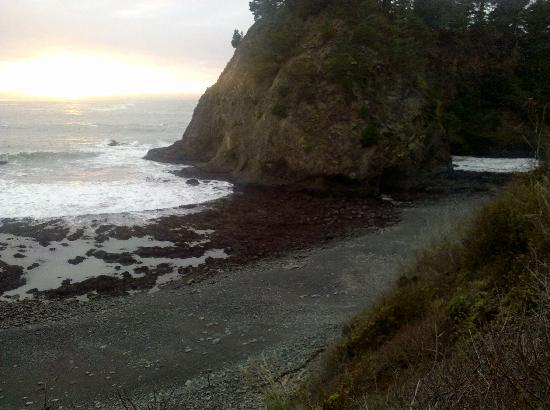 The Harbor House Inn: Sharp descent to grey stone beach