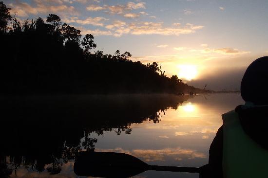 Chepu, Chile: Sunrise over kayak