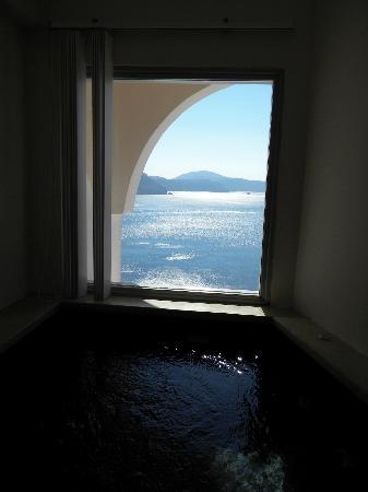 Andronis Luxury Suites: Jacuzzi in our room