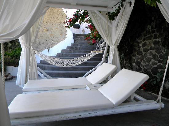 Andronis Luxury Suites: Shady level of pool side