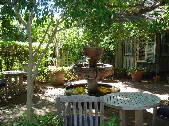 Simpson House Inn: Outdoor seating and fountain