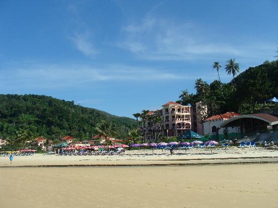 Centara Grand Beach Resort Phuket : Looking back at the resort from the beach