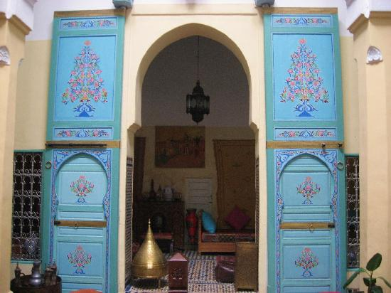 Riad Amazigh Meknes : painted doors in the lounge