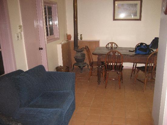 Erldunda Station B&B: Lounge/dining area