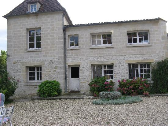 Un Coin de Campagne : Gorgeous stone house on courtyard across from main house