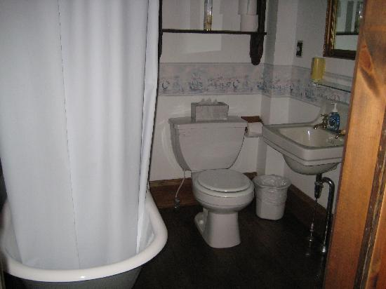 Schug House Inn: Bathroom with claw foot tub
