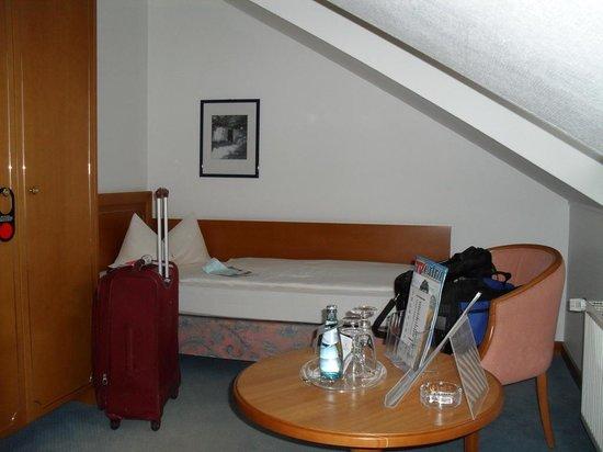 Hotel Alekto: Slanted ceiling in top floor room