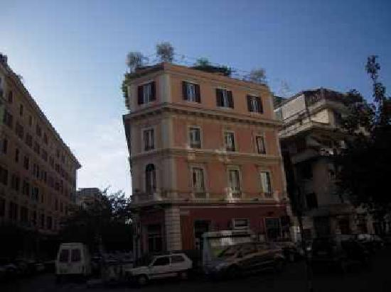 Hotel Dei Consoli: デルコンソリの入口は横になります。