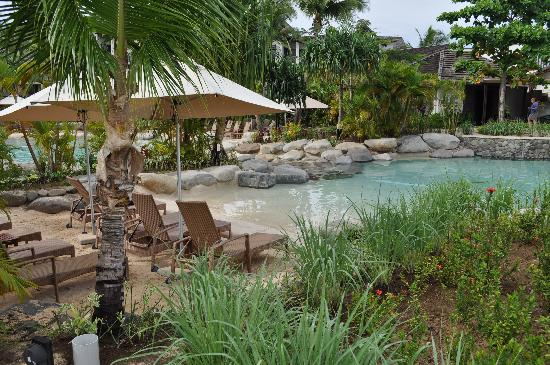 Radisson Blu Resort Fiji Denarau Island : Cool spot near the pool - lots of shade
