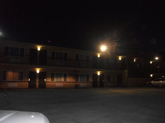 Portofino Inn Burbank: Exterior very dark