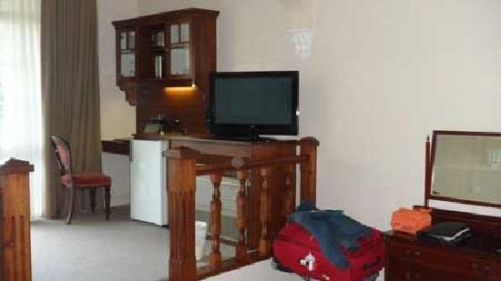 Victoria House Motor Inn: The desk is a bit cramped, jammed in next to the mini-bar, but the HD TV was great.