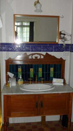 Victoria House Motor Inn: I don't normally include bathroom pix in my reviews, but look at the charming old sink. You won'