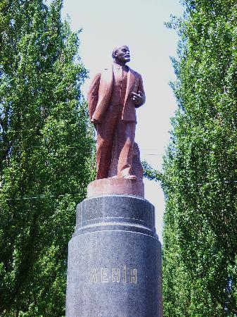 Khreshchatyk gate: Zwischen Bäumen versteckt, hat dieser Lenin die orangene Revolution überlebt