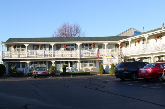 Seascape Inn at Plaice Cove: Right across from the beach