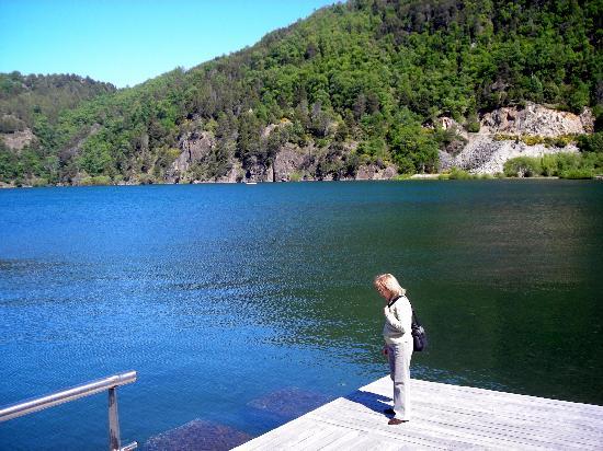 Hotel Antiguos: vista parcial del lago lacar, a 200 mts del  Hotel