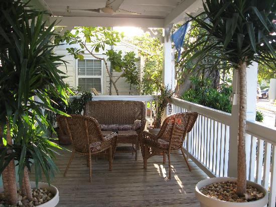 L'Habitation : Comfy Front Porch