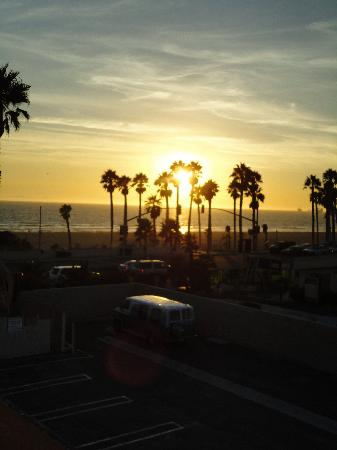 Huntington Beach Inn: Sunset from hotel