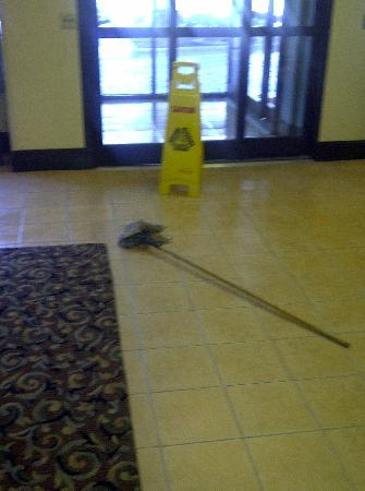 Comfort Inn & Suites Crabtree Valley: Mop left by disgruntled employee in front of main entrance