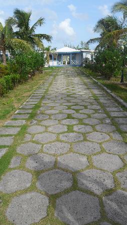 Anguilla Great House Beach Resort: Walking toward the lobby