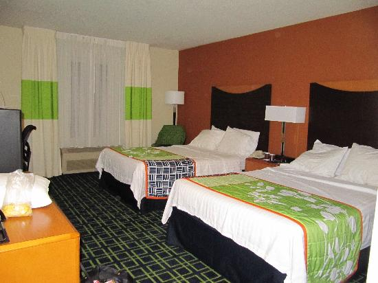 Fairfield Inn and Suites Portland Airport: Two queens cheaper than one king