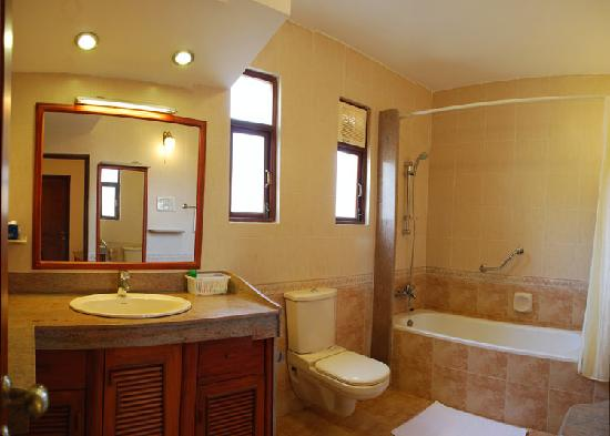 Hacienda De Goa Resort: Bathroom