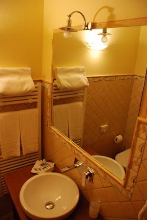 Aia Mattonata Relais: Bathroom