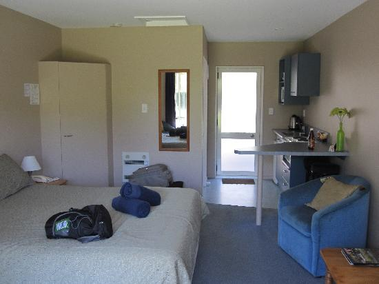 Chardonnay Motor Lodge: A nice studio room - plentiful room for 2
