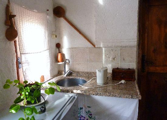 Mantar Evi: Small guest kitchenette