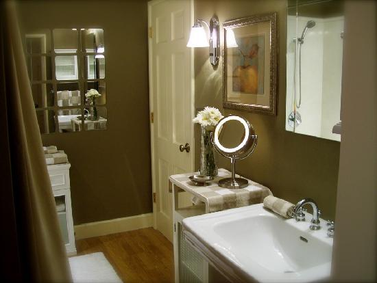 Augusta House Bed and Breakfast: Suite Bathroom