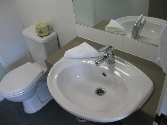 Waldorf Tetra Serviced Apartments: Washroom