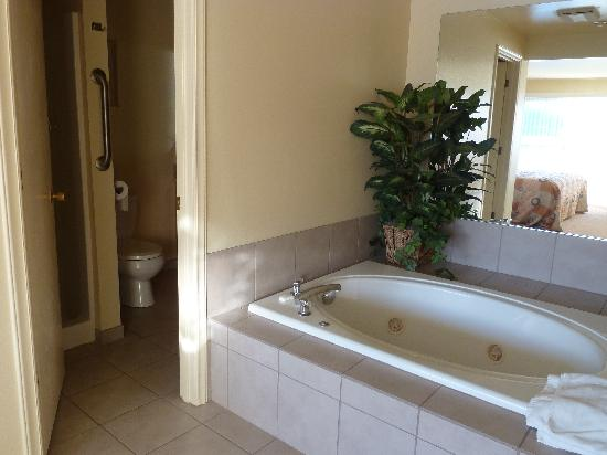 WorldMark Discovery Bay : jetted tub in master suite