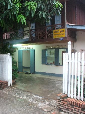 Choumkhong Guesthouse: Front of Choumkhong Guesthouse