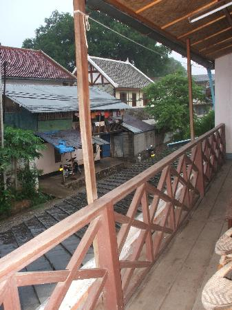 Choumkhong Guesthouse: Lovely little balcony at front.