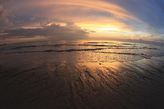 The Beach Khaolak: Long sand beach nearby the beach is such a good view