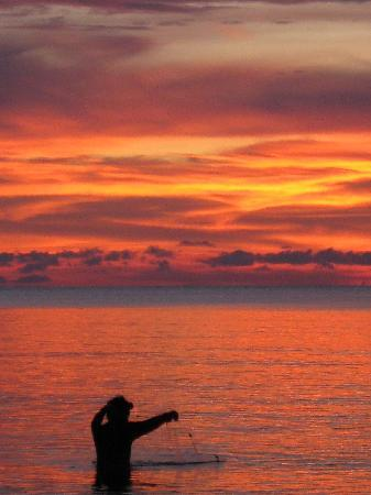 The Beach Boutique Resort : Fisherman at dusk