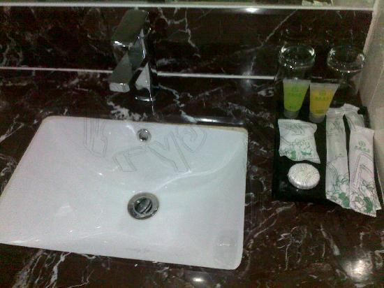 East Asia Hotel Macau: Basin and amenities - 5th floor